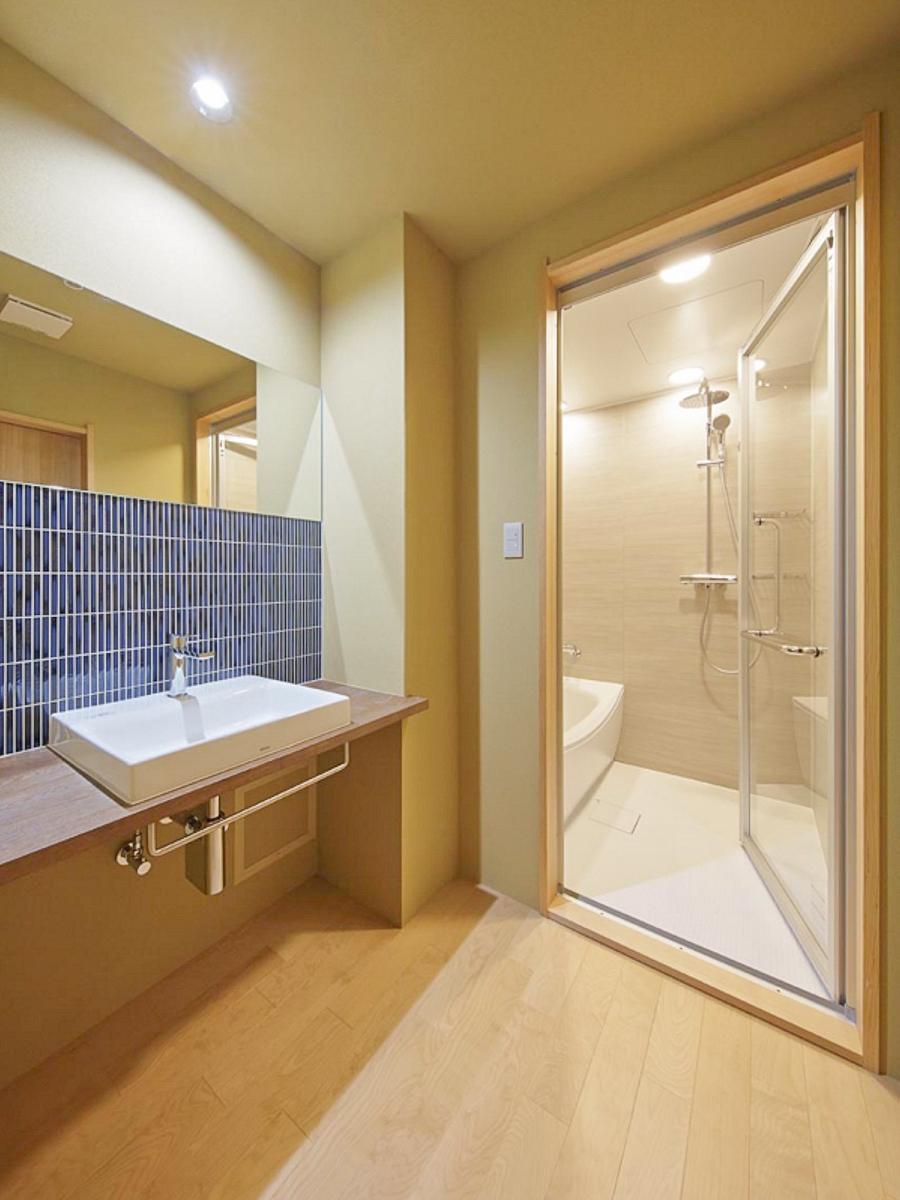 本館客室の洗面所と浴室 / 京都 旅館 松栄